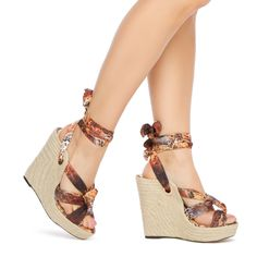 Cute summer style, love the bow at the ankle.