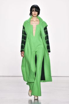 Straight from the runway, emerald green! Nerd Chic, Runway Fashion, Womens Fashion, Autumn Winter Fashion, Winter Style, California Style, The Ordinary, Nice Dresses, Your Style
