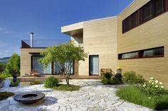 Einfamilienhaus mit Oase  Die vielfältigen und edlen Materialien, die Gebäudeform und der mediterrane Garten geben ein stimmungsvolles Zuhause.  Die Bauherrschaft und der Renggli-Architekt haben sich intensiv mit dem Grundstück auseinander gesetzt, was bereits die Ausrichtung des Einfamilienhauses wiederspiegelt.  Lass auch Du dich inspirieren. Dein bautrends.ch - Inspirationsteam . . #einfamilienhaus #hausidee #referenz  #renggli #garten #holzhaus #architektenhaus #hausideen #bautrends Style At Home, Pergola, Mansions, House Styles, Garden, Outdoor Decor, Home Decor, Mediterranean Garden, Construction Materials