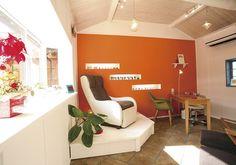 日常を忘れて寛げるネイルサロン Home Nail Salon, Nail Salon Decor, Salon Decorating, Decorating Ideas, Nail Saloon, Orange Accent Walls, Nail Room, Salon Style, Lounges