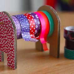 Un dérouleur pour masking tape vous sera utile si vous accumulez vos petits rouleaux colorés sans savoir comment les ranger ! Du carton tout...