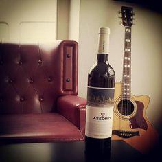Vinho Tinto Douro 2011 - Assobio via Zeca - Loja de produtos Tradicionais. Douro, Wine Rack, Red Wine, Alcoholic Drinks, Bottle, Glass, Productivity, Products, Traditional