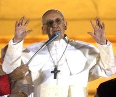 Los sobrevivientes de la guerra dicen que el Papa Francis (era un líder de una orden de los jesuitas en la época) conspiró en el seminario militar dirigió, para ofrecer refugio y paso seguro a los sacerdotes, seminaristas y disidentes políticos marcados para su eliminación por el militar 1976-1983 régimen.