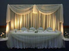 Sencilla mesa para los novios y familiars.