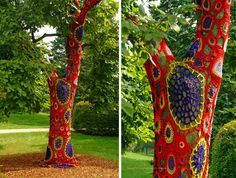 This cozy creation is a part of an art installation at the Morton Arboretum in Lisle, Illinois, and was a collaboration between artist Carol Hummel and local knitters. Crochet Tree, Crochet Yarn, Yarn Bombing Trees, Guerilla Knitting, Art Fil, Grand Art, Dose Of Colors, Art Plastique, Tree Art