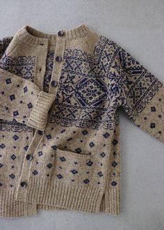 라르니에 정원 LARNIE Vintage&Zakka Makes me want to create a Scandinavian-style fair isle yoke with Swallows and other non-Scandi design elements Fair Isle Knitting Patterns, Knitting Designs, Knitting Tutorials, Knitting Ideas, Motif Fair Isle, Fair Isle Pattern, How To Purl Knit, Mode Outfits, Hand Knitting