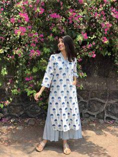 Simple Kurta Designs, Kurta Designs Women, Indian Designer Outfits, Indian Outfits, Indian Dresses, Designer Dresses, Pakistani Fashion Casual, Indian Fashion, Frock Fashion