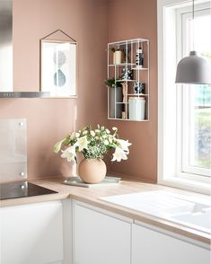 The gorgeous kitchen corner of 👈🏻 Large Cooee Ball vase in dusty pink available online 💕 . Pink Kitchen Walls, Kitchen Room Design, Kitchen Family Rooms, Kitchen Dinning, Kitchen Corner, New Kitchen, Kitchen Decor, Diy Interior, Kitchen Interior