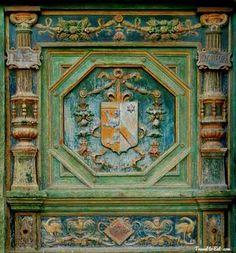 Right Entrance Door, Chenonceau : coat of arms of Thomas Boyer - Katerine Briçonnet, née en 1494, morte le 3 novembre 1526, est une femme de petite noblesse tourangelle appartenant à une famille de grands financiers, épouse de Thomas Bohier. C'est la fille de Raoulette de Beaune et du Cardinal Guillaume Briçonnet (1445-1514), la soeur de Guillaume et de Denis Briçonnet, et la nièce de Robert. Elle jour un rôle primordial dans la conception du chateau de Fontainebleau.