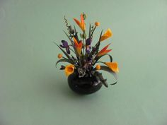 By Sandra Manring.This was copied from a Real life flower arrangement Table Flower Arrangements, Table Flowers, Dollhouse Miniatures, Dollhouse Ideas, Life Flower, Mini Plants, Miniature Plants, Miniture Things, Vases Decor