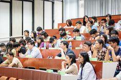 คุณรุจเรขา วิทยาวุฒฑิกุล ผู้ช่วยคณบดีฝ่ายสารสนเทศ เป็นวิทยากรให้ความรู้และนำเสนอบริการต่างๆ ของงานสารสนเทศและห้องสมุดสตางค์ มงคลสุข ให้แก่นักศึกษาใหม่ระดับบัณฑิตศึกษา ในกิจกรรมปฐมนิเทศนักศึกษาใหม่ของคณะวิทยาศาสตร์ (5 สิงหาคม 2557)