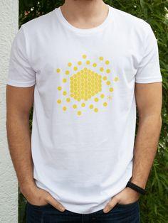 Dieses Shirt ist zu 100% aus Bio-Baumwolle. Es stammt von Earth Positive und wird im Siebdruckverfahren handbedruckt. Jedes Shirt sieht daher etwas anders aus und ist somit ein wunderschönes Unikat.  Der Print auf der Vorderseite ist eine Informationsgrafik zum Thema Bienen und macht deutlich, wie viel Honig ein Volk pro Jahr produziert. Er weist darauf hin, dass sie von Aussterben bedroht sind und wir uns für sie einsetzen sollten, da sie auch etwas für uns tun. Auf der Rückseite ist das…