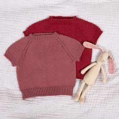 Disse fine T-skjortene i tynn merinoull er myke og behagelige til sommeren. Fås i flere farge-kombinasjoner og størrelser. Modellene på bildet er strikket i rødrosa-fargene Burgundy/Grigio pink. Garnpakken inneholder oppskrift og alt garnet du trenger for å strikke 2 stk T-skjorter. Garnet er Zarina – et italiensk kvalitetsgarn i merinoull som kan maskinvaskes. Strikkes på pinner 2,5 og 3. Trenger du strikkepinner? Bestill i tillegg her. The post Bluum strikk – T-skjorte x2 i Zarina appear Cozy, Sweaters, Pink, Fashion, Threading, Scale Model, Moda, Fashion Styles, Sweater