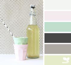 BUCATARIE - paleta de culori, faianta deschisa, zid neutru, pete de culoare pastel