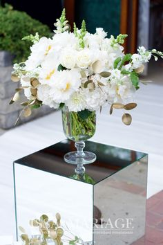 Decoratiuni si aranjamente florale naturale ISSA realizate din hortensia, bujori si trandafiri frumos armonizate pe vaze asezate pe cuburi de oglinda. Vaze, Table Decorations, Home Decor, Decoration Home, Room Decor, Home Interior Design, Dinner Table Decorations, Home Decoration, Interior Design