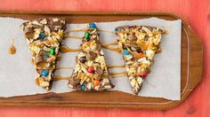An amazing tasty brownie pizza with chocolate caramel candies, candy-coated chocolate candies and crunchy potato chips!