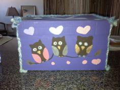 Caja realizada con car.tón reciclado , diseños en pintura acrílica y estambre