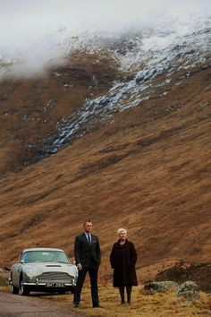 two people that I love: Daniel Craig & Judi Dench. Skyfall- This scene between James Bond & M was shot at Glen Coe. James Bond Skyfall, James Bond Movies, James Bond Car, Daniel Craig James Bond, Craig Bond, Judi Dench, Film D'animation, Film Serie, Tony Award