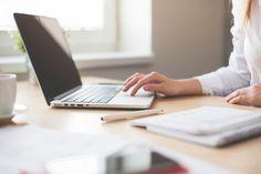 Descarga gratis esta imagen de una mujer trabajando con su portátil de forma totalmente gratuita y libre de derechos.Aprovecha esta oportunidad única. > http://imagenesgratis.eu/imagen-gratis-de-una-mujer-trabajando-con-su-portatil/