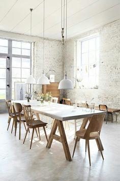 Beton gietvloer + houten elementen keuken + bakstenen muur