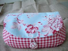 gingham and roses clutch - nice combo Fabric Crafts, Sewing Crafts, Sewing Projects, Patchwork Quilt, Quilts, Free Printable Gift Tags, Craft Bags, Fabric Bags, Toiletry Bag