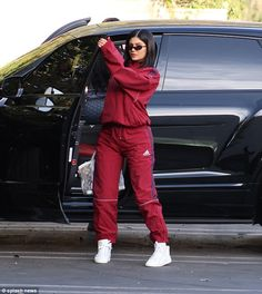 reality star/makeup entrepreneur, Kylie Jenner stepped out looking nice in a baggy burgundy Adidas track suit while out and . Kylie Jenner Outfits, Moda Kylie Jenner, Trajes Kylie Jenner, Looks Kylie Jenner, Kylie Jenner Makeup, Kylie Jenner Style, Kendall And Kylie Jenner, Kylie Jenner Adidas, Kylie Jenner Fashion