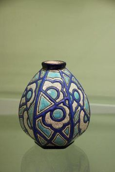Petit vase en émaux de Longwy à décor géométrique et floral bleu