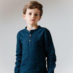 """La chemiseMaxence col mao en lange marine !Indémodable, bien ajustée assurant un look """"bio chic bon genre""""."""