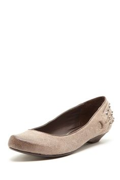 Cute toe and details on these flats!