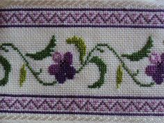 Toalla bordada en punto cruz con diseño de flores en tonos lila
