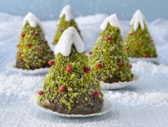 LINDT Little chocolate Christmas trees - Fall Desserts, Christmas Desserts, Christmas Baking, Christmas Cookies, Christmas Recipes, Dessert Recipes, Christmas Chocolate, Noel Christmas, Christmas Stockings