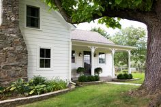 Small Farmhouse Plans, Modern Farmhouse, White Farmhouse, Colonial House Exteriors, Cute House, Old Farm Houses, Historic Homes, Curb Appeal, Beautiful Homes