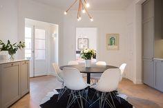 Per Jansson mäkleri Apartment Chic, Apartment Living, Living Room, Round Dining Table, Kitchen Dining, Interior Inspiration, Kitchen Inspiration, Design Inspiration, Swedish House