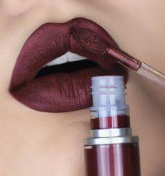 Vivendo um caso de amor com esse batom da @maccosmeticsbrasil! É o Crowned da linha #retromattemetallic. Um vermelho escuro bem sangue! #Mac #MacCosmetics #MacLipstick #BatomLiquido #BatomLiquidoMatte #BatomMatte #Lipstickaddict #Lipstickswatches #Lips