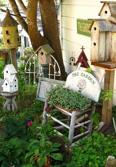 Love this birdhouse garden design Beeskneesvintagegarden