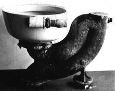 1596: Sir John Harrington, Patenkind von Königin Elizabeth I., erfindet in England die erste Toilette mit Tank.