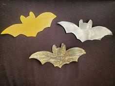 Murciélagos diy con pintura fluor, halloween crafts Diy, Halloween, Pumpkins, Activities For Kids, Pintura, Gatos, Bricolage, Handyman Projects, Do It Yourself