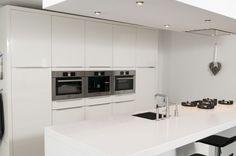 witte keuken met wit composiet blad en pitt cooking...
