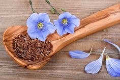 A recent clinical study finds flaxseed beats out HRT therapy in overall effectiveness for menopausal syndrome. Cake Sans Oeuf, Health And Wellness, Health Care, Health Fitness, Snack Hacks, Hormone Replacement Therapy, Menopause Symptoms, Recipes, Medicinal Plants