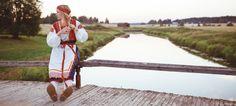 Kansallispuku Kukonkorven sillalla Porvoonjoella Folk Costume, Costumes, Folk Clothing, Character Inspiration, Life, Embroidery, Beauty, Needlework, Dress Up Outfits