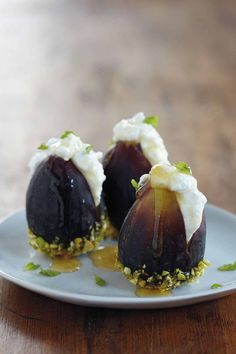 Fresh Figs With Ricotta and Honey Recipe Desserts with figs, ricotta cheese, shelled pistachios, honey, fresh mint Appetizer Recipes, Dessert Recipes, Desserts, Appetizers, Fig Appetizer, Good Food, Yummy Food, Tasty, Comida Picnic