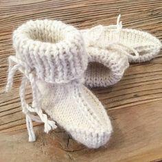Lillebrorsvintersko blir lillesøsters vintersko her hos oss, strikket etter oppskrift fra råflinke @heidipe  Strikket i babysilk. Er det bare meg, eller ligner disse litt på jon blund sko?!? #lillebrorsvintersko