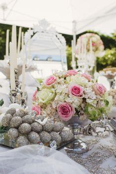 Blüten + weiße Kerzen + silberne Lüster = Wunderschön  Foto: Charmewedd
