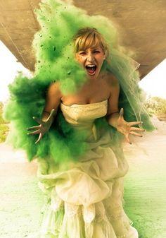 Explosão de tinta em pó! Como fazer um ensaio Trash the Dress? Como fazer fotos pré-casamento super divertidas e diferentes? Dicas e truques no post que vão inspirar as noivinhas.