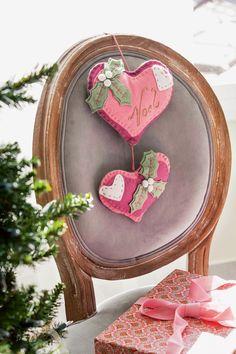 Detalles de fieltro para decorar sillas en Navidad. Corazones rosas (415351)