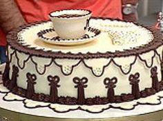 Receita de Torta De Maracujá Decorada Com Pasta De Chocolate Branco - Massa:, 6 gemas (claras em neve), 250g margarina ou manteiga, 3 copos (req) açúcar, 1 copo (req) suco natural de maracujá, 3 copos (req) farinha de trigo, 1 copo (req) amido de milho, Trufa de maracujá, 1 copo (req) suco de maracujá, 1/2 copo (req) água, 2 colheres (sopa) bem cheia de amido de milho, 1 caixinha de gelatina sabor maracujá, 2 colheres (sopa) semente de maracujá, 1/2 copo (req) açúcar, 1 lata de creme de…