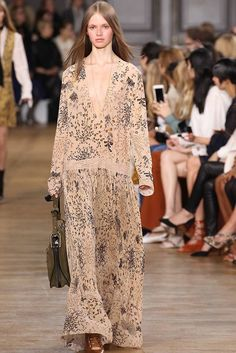 With Chloe's fall-winter 2015 presentation, creative director Clare Waight Keller went in a bohemian goddess direction set to the tunes of Stevie Nicks. Estilo Fashion, 70s Fashion, Autumn Fashion, Fashion Trends, Chloe, 70s Mode, Bohemian Chic Fashion, Boho Style, Hippy Chic