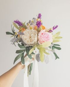 Buquê linda da Michelle! É uma variação do Campestre, com adição de rosas e mais folhagens! #paperflowerbouquet #buquedepapel #bridalbouquet #buquedenoiva