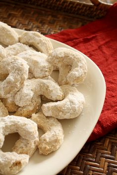 As tempting as warm cookies from the oven are, these cookies are very crumbly and best to eat when completely cooled.
