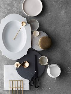 Modernes Geschirr und Besteck Modern crockery and cutlery Neutral Color Scheme, Color Schemes, Colour Combo, Moodboard Interior, Material Board, Prop Styling, Decoration Table, Kitchenware, Ceramic Tableware